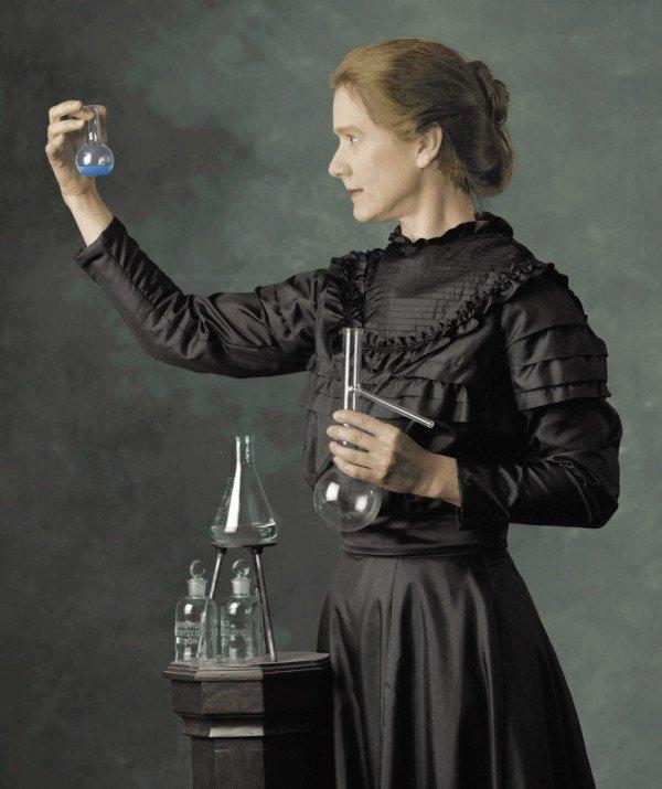 Marie Curie - Radyum, Radyasyon (1934): Radyoaktivite üzerine yaptığı çalışmalarla iki kez Nobel Ödülü kazanan Marie Curie aynı zamanda Nobel Ödülünü alan ilk kadın ve bu ödülü iki kez kazanan ilk bilim insanı olmuşur. Uranyum la yaptığı deneyler sonucu radyoaktiviteyi keşfetti. Toryum un radyoaktif özelliğini buldu ve radyum elementini ayrıştırdı. Ancak bu deneyler sırasında o kadar çok radyasyona maruz kaldı ki aşırı radyoaktiviteye bağlı kan kanserinden öldü.