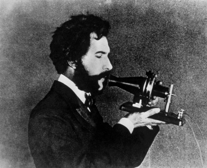 1) Telefon:   Artık herkesin kullandığı bu teknolojik icat sayesinde insan sesi, önce ses sinyallerine çeviriliyor ve elektriksel sinyaller aracılığıyla kablolar sayesinde bir başka mekanda bulunan birine aktarılıyor. 1875 yılında Alexander Graham Bell tarafından bu ilk tasarım icat edildi ve çeşitli testler sonrasında başarıyla insanların kullanımına sunuldu. Bugünkü akıllı telefonlarımızın babası olarak kabul edilen bu ilk tasarım halen birçok kişinin ilgisini çekiyor.