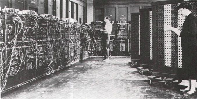 2) Bilgisayar:   Günümüzde birçok kişinin olmazsa olmaz kabul ettiği bilgisayarlar da ilk icat edildiğinde dünya üzerinde büyük bir etki yarattı. Bilgisayar tarihçesi aslında çok uzun ve birçok önemli gelişme ve unsur bulunduruyor. ENIAC isimli ilk bilgisayar üretimi, 1936 yılında Konrad Zuse tarafından programlanabilir bilgisayar icadı gibi birçok gelişmeyi barındıran bilgisayarların tarihçesi sayesinde günümüzdeki ileri teknolojili laptopların, bilgisayarların, tabletlerin çıkış noktalarını rahatça gözlemleyebiliyoruz.