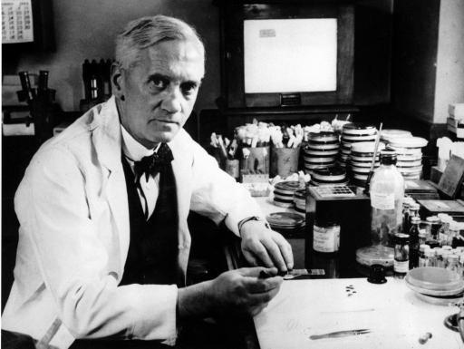 10) Penisilin:   Alexander Fleming tarafından 1928 yılında keşfedildi. Andrew Moyer ise 1948 yılında patentini satın aldı ve ilk endüstriyel üretim penisilin ilaçları piyasaya çıkmaya başladı. İyileştirici gücü keşfedildiğinde ise dünya genelinde çok popüler oldu. Ancak bazı yan etkilerinin olduğu çok geç fark edildi.