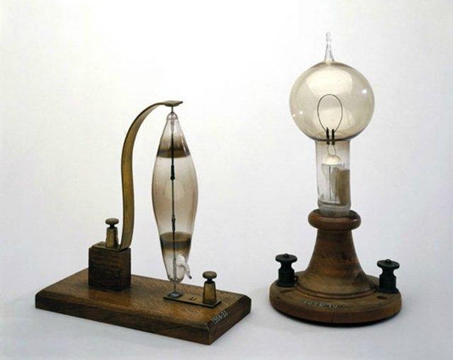 """9) Ampul:   Birçok kişinin bildiğinin aksine Thomas Alva Edison, ampulü """"icat"""" etmedi. 50 yıl boyunca ampulün gelişmesine büyük katkıda bulundu. 1809 yılında Humphry Davy isimli İngiliz kimyacı ampulün icadını gerçekleştirdi. 1878 yılında ise Joseph Wilson Swan, 13.5 saatlik ömrü olan daha gelişmiş bir ampul icat etti. 1879 yılında ise Edison, karbon filaman ile ampullerin ömrünü 40 saate kadar ulaştırdı."""
