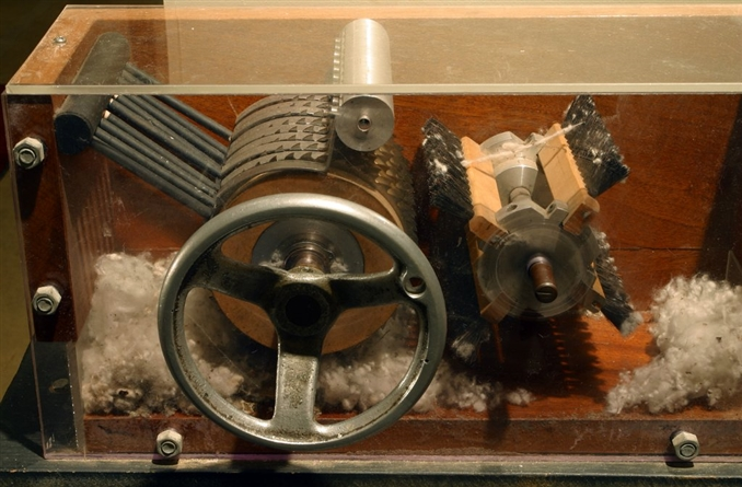 5) Pamuk Çırçır Makinesi:   Eli Whitney, 14 Mart 1794 tarihinde ilk çırçır makinesini geliştirdi ve patentini satın aldı. Birçok kişi için en önemli buluşlar listesinde böyle bir icadın yer alması ilginç iken aslında gereksiz otları ve istenmeyen tüm malzemeleri pamuk toplama aşamasında ayıkladığı için tüm çiftçiler için büyük bir kolaylık sağladı.