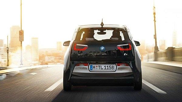 4 koltuklu BMW i3, geleneksel güç soketi, şarj istasyonu veya BMW'nin özel ürettiği Wallbox şarj cihazı aracılığıyla şarj edilebiliyor. Ayrıca elektrik motoruna ek olarak 2 silindirli 34 beygirlik bir benzin motoru da araçta mevcut. Tamamen doğa dostu tasarlanan bu motor sayesinde ise aracın alabileceği maksimum mesafe yaklaşık 300 km oluyor. Verimli olabilmesi için ise BMW, aracın maksimum hızını 150 km/sa olarak sınırlamış.