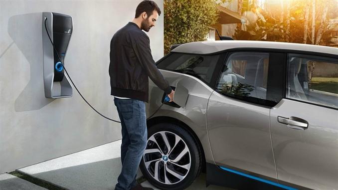 Dünya üzerinde ilk kez bir elektrikli otomobil, fabrikada toplu bir şekilde üretildi. BMW firması i3 ile bu ünvanı elde ederken, araca 170 beygir gücünde bir elektrik motoru koymuş. Bataryası ise lityum-iyon, yüksek voltaj kapasiteli bir batarya. Araç, tek şarj ile 130-160 km arasında mesafe gidebiliyor.