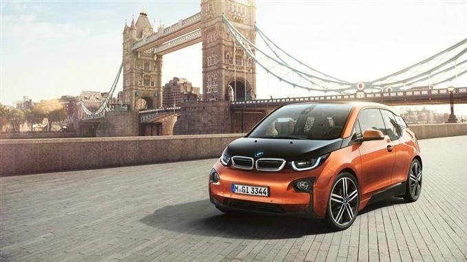 Başarılı otomobil üreticisi ve Alman devi olarak görülen BMW, elektrikli otomobil modellerini sürekli olarak güncellemeye ve yeni modeller eklemeye devam ediyor. i8, i3 gibi başarılı modellere imza atan BMW'nin i3 modelinin önemli özelliklerini sizler için bir araya getirdik.