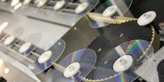 CD ve DVD 'ler hayatımızda çok yaygın hale geldiler. Bu parlak diskler program ve veri aktarımı, film izlemek, müzik dinlemek ve diğer günlük işlerimizin için sıklıkla kullanılıyorlar. Peki CD/DVD ler nasıl üretilir?  Fotoğraflar  Kazakistan'daki bir CD/DVD fabrikasından.