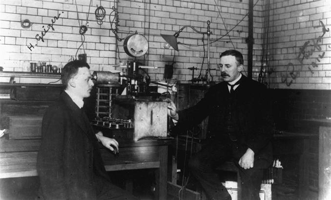 """1904   Ünlü İngiliz fizikçisi olan Ernest Rutherford, """"Radio-activity"""" adını verdiği kitabını yayımladı. Rutherford, bu kitabında radyoaktiflik konusundaki çalışmalarının sonuçlarını anlatıyor ve radyoaktif etkinliğin dış koşullardan etkilenmediğini söylüyordu. Ayrıca bu yapıtında radyoaktif işlemler sonucunda açığa çıkan ısı kimyasal tepkimelere oranla çok daha fazla miktarda ısı açığa çıktığını ortaya koyuyordu ve radyoaktif dönüşümler sonucunda kimyasal nitelikleri farklı yeni ürünlerin ortaya çıktığını ileri sürüyordu."""