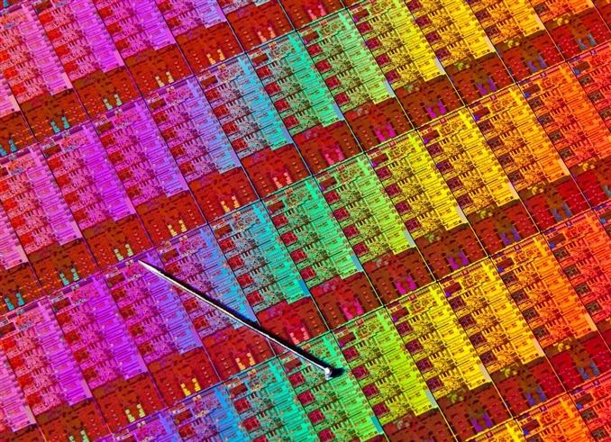 Intel Haswell işlemcinin silikon devre levhasını görüyoruz.