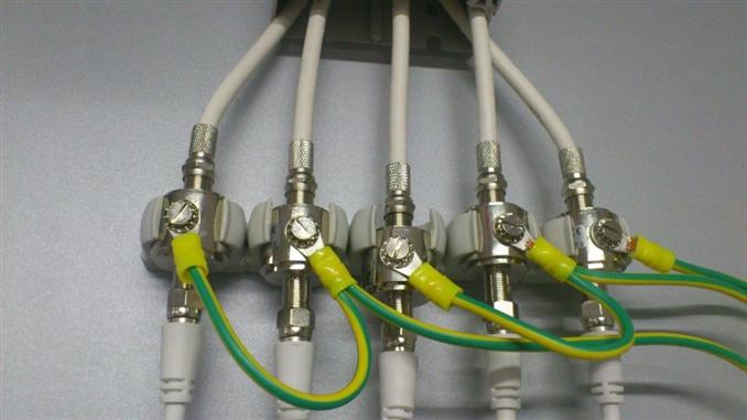 Koaksiyel koruma cihazları, yüksek darbe akımlarını deşarj etmek için öngörülmüşlerdir ve temel koruma olarak Yıldırımdan Korunma Bölgesi 0 ile 2 arasında kullanılmaktadırlar. Düşük seviyedeki ekleme kaybı ve düşük kapasiteli yapıları sayesinde, bu koruma elemanları çok yüksek aktarım frekansları için uygundur.