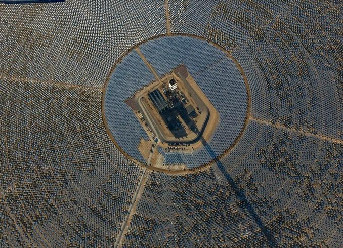 Kaliforniya yakınlarındaki Mojave çölüne dünyanın en büyük güneş enerjisi sistemi kuruldu. Güneş tarlası da denilen bu sistem; NRG Energy, BrightSource Energy ve Google ortaklığı ile kurulum ve test aşamasından sonra hazır halde üretime başladı.