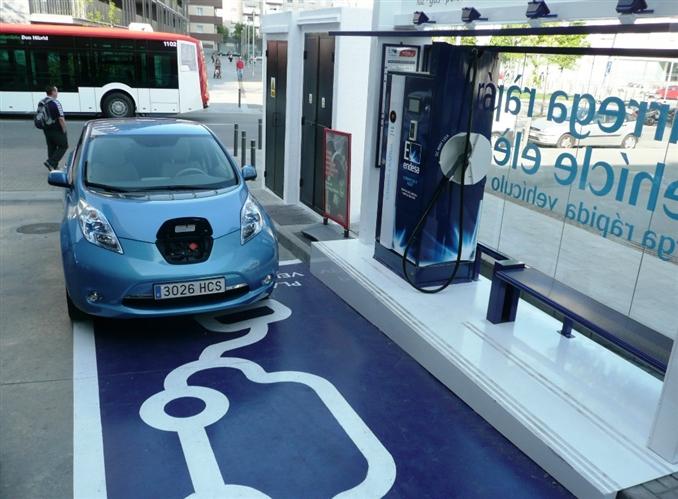 Nissan ise batarya konusunda 8 yıl ve 160.000 km garantisi veriyor. Ayrıca ayda 100 dolar ile Nissan batarya yenileme ve değiştirme programları da mevcut. -25°C ve 49°C sıcaklıkları ise sınır olarak kabul ediliyor.