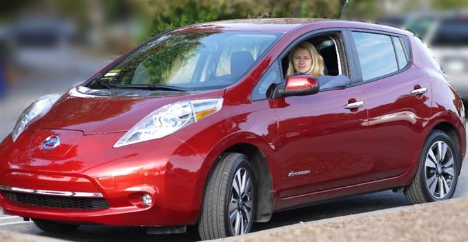 5 kapılı compact-hatchback modeli 2010 yılında Japonya ve Amerika'da tanıtıldı. Şu an dünyanın 35 ülkesinde satışı gerçekleştiriliyor. Şubat 2013'te 50.000 adet satış gerçekleştiren LEAF, neredeyse sıfır emisyon değeri ile hava kirliliği yaratmıyor. LEAF, 2010'da Yeşil Araba ve 2011'de Yılın Arabası ödüllerine layık görüldü.