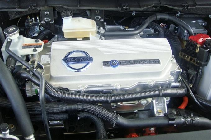 Araç önden çekişli ve motoru da önde bulunuyor. Elektrik motoru ise 80 kW, 110 HP gücünde. 280 Nm tork üretebilen bu motor 25 kW-h lityum-iyon batarya ile destekleniyor. Şarj ünitesi ise opsiyonel olarak 3.3 kW veya 6.6 kW'lık 240V AC ünitelerinden gerçekleştiriliyor. Batarya ve kontrol modülünün toplamda 300 kg ağırlığı var. Arabaya sonradan batarya almak istediğinizde her bir batarya ünitesi ise 18.000 dolar fiyatına sahip.