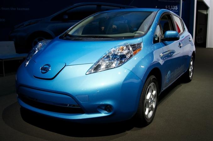 Elektrikli otomobil modelleri arasında istikrarlı bir çıkış yakalayan Nissan firmasının göz bebeği olan LEAF modelinin bazı ayrıntılarını sizler için bir araya getirdik. LEAF ismi aslında kısaltma olarak kullanılıyor. Leading (Lider), Enviromentally friendly (Çevre dostu), Affordable (Uygun) ve Family car (Aile arabası) kelimelerinin baş harflerinden oluşan kısaltma birçok kişinin dikkatini çekiyor.