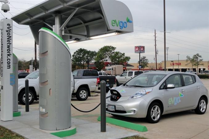 Tam dolu batarya ile 120 km mesafe yapabilen LEAF, 0.212 kWh/km gibi bir harcama oranına sahip. Bu bakımdan elektrikli otomobiller arasında ekonomik olarak sayılabilir. Ayrıca doğa dostu olması ile de birçok kullanıcı bakımından şehir içinde kullanım için en iyi alternatiflerden biri olarak görülüyor.