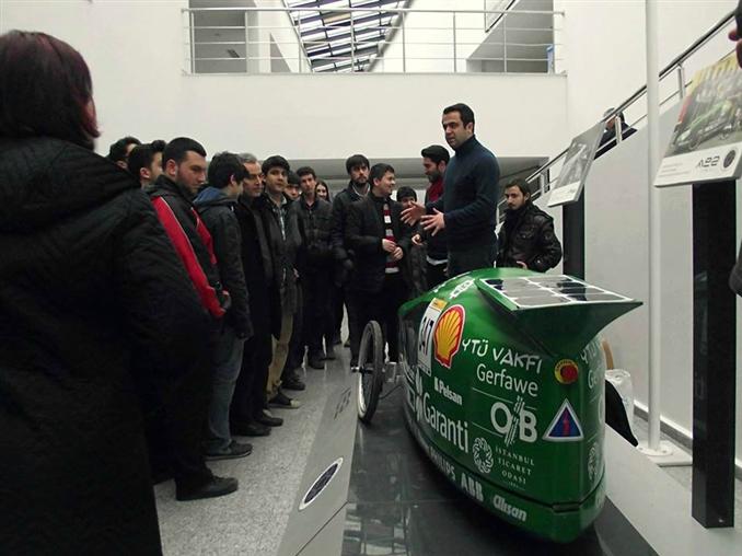 """Ae2 Project ekibi stantta sergiledikleri araçla, geçtiğimiz sene Shell-Eco Marathon(SEM) Avrupa yarışlarında ülkemizi başarıyla temsil etmiştir. 2013 Mayıs ayında Hollanda-Rotterdam'da gerçekleşen SEM Avrupa yarışlarında """"Solar Prototype"""" konseptinde boy gösteren bu araç """"1 litre benzine eş değer enerji ile 1293 km mesafe"""" giderek yarışı başarılı bir şekilde tamamlamıştır."""