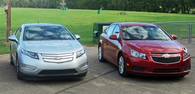 Chevrolet Volt ve büyük kardeşi Chevrolet Cruze Eco.