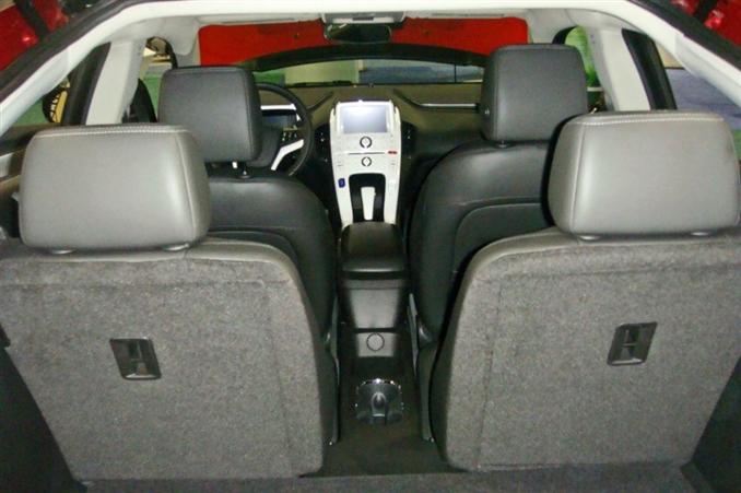 General Motors her ne kadar hibrit kavramını bu araç için kullanmaktan kaçınsa da, analistler bu aracın bir hibrit mi yoksa elektrikli araç mı olduğu konusunda net bir görüşe sahip değiller. 4 kişilik modellerde fotoğrafta görüldüğü gibi bir tasarım gerçekleştiren General Motors, bataryayı ise koltukların altındaki güvenli bir kafes içine koymuş.