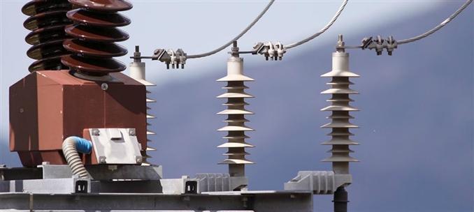 Gerilim transformatörü, yüksek gerilimlerin ölçü aletleriyle ölçülmesinin pahalı ve imkânsız olması sebebiyle kullanılır. Gerilim tranformatörlerin de genel olarak kullanılan sekonder gerilimi 100-110V tur. Güçleri kullanılacak cihazlara göre değişir. 15VA,30VA, 100VA vb değişik güçlerde imal edilebilirler.