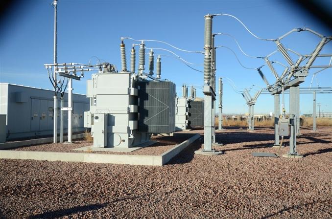 Oto transformatörü, primer ver sekonder gerilimleri birbirine çok yakın olan yerlerde kullanılır. Normal trafolarda olduğu gibi çift sargı yerine tek sargılı bir yapısı vardır. Oto transformatörü çok fazlı endüksiyon motorlarının yol almasında , bazı üç fazlı yüksek gerilim sistemlerin aralarının bağlanmasında kullanılır.