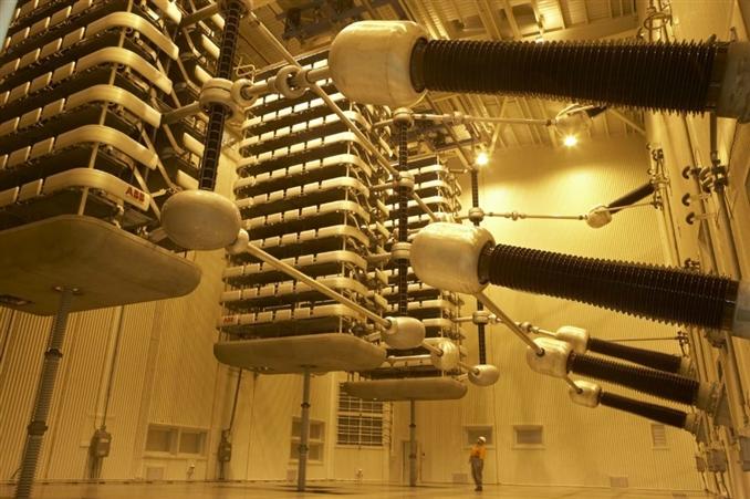 Güç ve dağıtım trafoları yapı bakımından aynıdır Güç transformatörlerinde dağıtım transformatörlerine göre daha yüksek gerilimler söz konusu olduğu için, gerilim transformatörlerinde soğutma sistemi ve yalıtım söz konusudur.