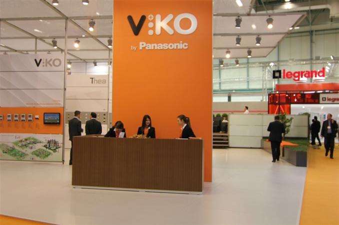 2013 yılının sonlarına doğru Japon devi Panasonic'in Türkiye'deki elektrik anahtarları ve priz üretimi lideri olan VİKO'yu satın alması, VİKO'nun yurt dışı piyasasındaki gücünü katlama hedefini olumlu yönde ivmelendirmiştir. Fuarın geçen ilk iki gününde de firmanın bu görkemli standına genel olarak katılımcıların ilgisi oldukça yüksekti.