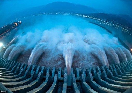 Çin- Üç Geçit Barajını diğer ülkelerdeki barajlardan ayıran önemli bir özelliği var. Bu baraj tamı tamına 22500 MW enerji üreten bir canavar. Toplam maliyeti ise 25 milyar dolar olarak tahmin ediliyor. Her yıl 50 milyon ton kömür tasarrufu sağlaması ön görülmüştür. Yapımına 1993 yılında başlanmış olup 50 bin işçi çalışmıştır. 1.3 milyon kişinin bölgeden taşınmak zorunda kalmasına sebep olmuştur. Bölgede ciddi ekolojik değişimlere sebep olmuştur. Barajın yapımı hem Çin'de hem de dünya da ciddi tartışmalara yol açmıştır.