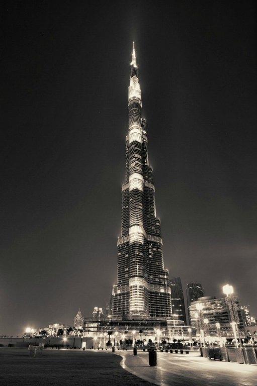 Görünüşü ile, ihtişamı ve büyüleyici mimarisi ile insanın kanını donduran bir başyapıt. Yapımı altı yıl süren ve her mimarın rüyasını süsleyen bir eser. Burj Dubai kulesi, rekorları elinde bulunduran bir eser. Dünyanın en yüksek yapısı olmasının yanı sıra, en yükseğe pompalanan beton, en hızlı asansör gibi sayısız rekoru elinde bulunduruyor. Bir istatistiğe göre, kulede kullanılan çeliğin uzunluğu, dünyanın çevresinde ¼ tur atmaya yetiyor.