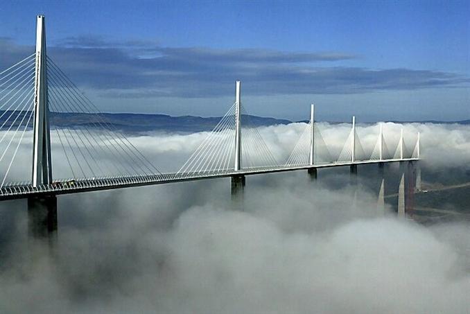 Fransa ve İspanya arasında, 30 km'lik kuyruklarla nehir üzerinden yapılan ulaşım uzun kuyruklara sebep olmaya başayınca bir projeye ihtiyaç duyuldu. İnşaa edilen Millau Viyadüğü, kendisine ismini de veren Millau kenti yakınlarındaki Tarn Nehri vadisine inşaa edilmiştir. Toplam ağırlığı 36000 ton, toplam uzunluğu 2460 metre ve genişliği 32 metre olan viyadük dünyanın en uzun asma yapısı olarak bilinir. Viyadüğün en yüksek noktası 343 metredir. Viyadük 394 milyon euro'ya mal edilmiştir. İnşasına 10 Ekim 2001 yılında başlanılan köprü Fransa cumhurbaşkanı Jack Chirac tarafından 14 Aralık 2004 yılında hizmete açıldı. Köprünün kullanım süresi 120 yıldır. Projede 127.000 metreküp beton, 19.000 ton betonu güçlendirmek amacıyla çelik ve taşıyıcı kablo ve örtülerde 5.000 ton gerilmiş çelik kullanılmıştır.  2,4 km toplam uzunluk. Toplam ağırlık 290.000 ton. Günlük kullanan araç sayısı: 10.000-25.000