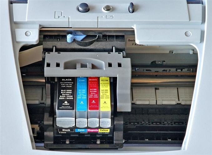 7- InkJet Yazıcı:  Bir Canon mühendisinin havyanın yanında unutması sonucu ısınan mürekkepli kalemin mürekkebi püskürtmesi yazıcının çalışma mantığı için ilham oldu ve yeni bir ürün ortaya çıktı.