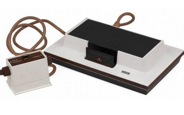 Magnavox Odyssey - 1972 : Günümüze göre çok ilkel görünen Magnavox, ilk oyun konsollarından.  Sınırlı sayıda oyun seçeneği olan bu konsolun diğer bir özelliği de sesin olmamasıydı.