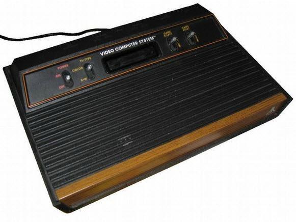 """Atari 2600 - 1977 :  1.19 MHz'lik işlemcisi olan ve 1200'den fazla oyuna sahip olan Atari 2600, diğer konsollara göre daha popüler olmuş ve bu konsolla beraber """"atari kasedi"""" kavramı oluşmaya başlamıştı."""