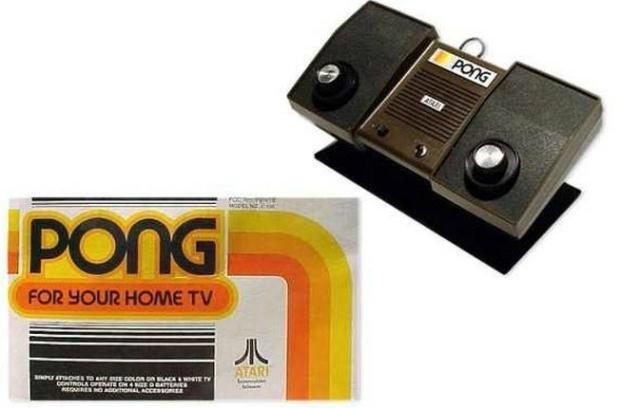 Atari Pong - 1975 : Oyun konsolları ailesinin saygın büyük dedesi olarak kabul edilen Pong, Atari tarafından geliştirilmiş ve oyun salonlarında yerini almaya başlamıştı. Daha sonra ev sürümü piyasaya sunulan konsol, yavaş yavaş evlere yerleşmeye başladı.