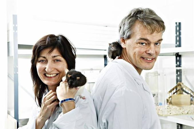 """NOBEL TIP ÖDÜLÜ beynin yer belirleme sistemini keşfeden araştırmacılar Profesör John O'Keefe ile May-Britt Moser ve Edvard Moser'a verildi. Bir bakıma ödül, beynimizin Gps sistemini inceleyen buluşa verişmiş oldu. İngiltere'de çalışmalarını sürdüren Prof. O'Keefe ve Norveçli Moser çifti beynin nerede olduğumuzu ve bir yerden diğerine giderken yolu nasıl bulduğumuzu keşfetmişlerdi. Uzmanların buluşlarının Alzheimer hastalarının hangi sebeplerden ötürü çevrelerini tanıyamadığını açıklamaya yardımcı olabileceği düşünülmekte. Nobel Ödül Komitesi'nden yapılan açıklamada """"Buluşları filozofları ve bilim insanlarını yüzyıllardır meşgul eden bir sorunu çözdü"""" denildi."""
