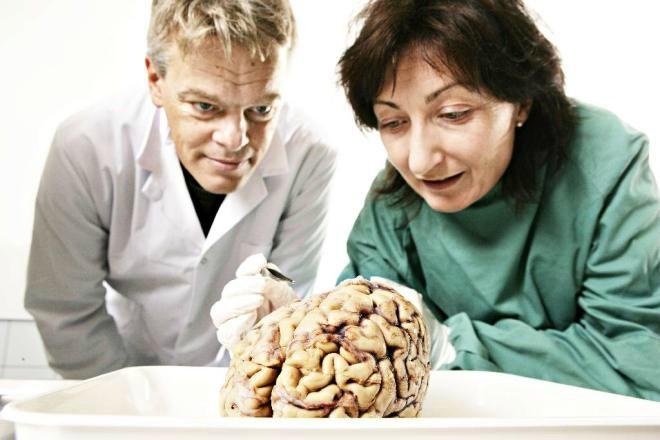 John O'Keefe 1939 New York doğumlu O'Keefe 1971'de beynin GPS sistemi gibi çalışmasını sağlayan ilk sinir hücresini keşfetti. O'Keefe o hücrelere konumlandırma hücresi adını vermişti.   MAY-BRİTT MOSER – EDVARD MOSER 1963 Norveç doğumlu olan May Britt Moser ve 1962 Norveç doğumlu Edvard Moser Oslo Üniversitesi'nde birlikte psikoloji eğitimi aldı. 2005'teyse May-Britt ve Edvard Moser çifti ise beyinde, denizcilerin kullandıkları haritalar gibi çalışan, yeni bir bölüm keşfetti. Çift, 2006'da ise beynin, koordinasyonları belirleyip haritalamayı sağlayan sinir hücrelerini keşfetti. Moser çifti buradaki beyin hücrelerinin enlem ve boylam çizgileri gibi işlediğini ortaya koydu. Çift ayrıca beynin mesafeleri ölçebildiğini ve yolun bulunmasına yardımcı olduğunu tespit ettiklerini belirtti. May Britt Moser bu ödülle beraber, ödülün başladığı 1901 yılından beri tıp dalında ödül alan 11. Kadın araştırmacı olarak tarihe geçti. Moser çifti Trondheim'daki Norveç Bilim ve Teknoloji Üniversitesi'nde çalışmalarını sürdürüyor.