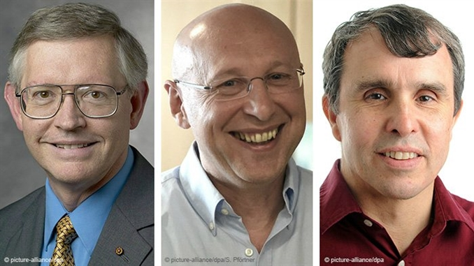 """NOBEL KİMYA ÖDÜLÜ   Yüksek çözünürlüklü görüntülemeye imkân veren mikroskop teknolojisini geliştiren biri Alman üç uzman, bu yılki Nobel Kimya Ödülü'ne layık görüldü. Alman uzman Stefan Hell ile ABD'li Eric Betzig ve William Moerner, """"yapılandırılmış aydınlatma mikroskopi teknolojisini"""" geliştirdi. Ödül gerekçesinde, """"uzmanların çığır açan çalışması mikroskoplara nano boyutunu açtı"""" denildi. İsveç Kraliyet Bilimler Akademisi, uzmanların 878 bin euro değerindeki ödülü paylaşacağını açıkladı. Stefan Hell, Göttingen'deki Max Planck Biyofizik Kimya Enstitüsü'nün başkanlığını yapıyor. Nobel Kimya Ödülü geçen yıl """"karmaşık kimyasal sistemlerin daha iyi anlaşılması için sanal modeller geliştiren"""" Martin Karplus, Michael Levitt ve Arieh Warshel isimli araştırmacılara verilmişti.  Buluşun faydası ile ilgili olarak """"Parkinson, Alzheimer ve Huntington hastalıklarına yol açan proteinlerin izlerini sürebiliyor ve döllenmiş yumurtadaki proteinlerin bölünerek embriyoya dönüşmesini izleyebiliyorlar"""" ifadesi kullanıldı. Günümüzde nanoskobun dünya genelinde kullanılarak insanlığa büyük faydası olan bilgiler sağladığı belirtilen açıklamada, Stefan Hell'in 2000 yılında geliştirdiği yöntem ve birbirlerinden ayrı çalışan Eric Betzig ve William Moerner'ın kullandığı yöntemlerin ödüllendirildiği bildirildi. Ödüle layık görülen üç bilim adamı, 8 milyon İsveç kronluk (2 milyon 525 bin TL) ödülü paylaşacak."""