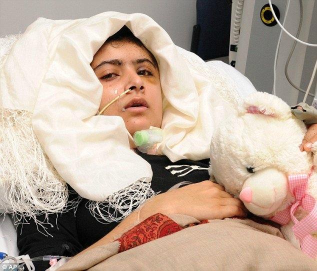 """17 yaşında Nobel Barış Ödülü'ne layık görülerek 113 yıllık ödül tarihinde bir rekora imza atan Malala Yusufzay'ın ismi, 2012'de uğradığı suikast girişimiyle duyuldu. Pakistan'ın Svat Vadisi bölgesindeki okulu önünde Taliban militanları tarafından başından vurulan Yusufzay, İngiltere'ye götürülerek ameliyata alındı ve ölümün eşiğinden döndü. BBC için kaleme aldığı günlüklerinde ülkesindeki çocukların eğitimi, özellikle de kız çocuklarının hak ettikleri değeri kazanmasına dair fikirleri nedeniyle Taliban'ı kızdıran Malala Yusufzay, eğitimine İngiltere'nin Birmingham kentinde devam ediyor. Uğradığı saldırının ardından dünyanın birçok ülkesinde ve BM başta olmak üzere uluslararası kuruluşlarda konuşmalar yapan Malala Yusufzay, şimdiden Pakistan'ın kanaat önderleri arasında gösteriliyor.    Hindistan'da 1980'lerin ortalarından itibaren çocuk işçilerin çalıştırılmasına karşı düzenlediği kampanyalarla bilinen Kailash Satyarthi, ödülü kazandığının açıklanmasına kadar dünyanın tanıdığı bir isim değildi. Nobel Komitesi'nin anonsundan önce Google'ın İngilizce versiyonunda adının geçtiği sadece altı sayfa bulunan Saryarthi'nin Twitter'daki takipçi sayısı da 200'ün altındaydı. Ödülü kazandığının duyurulmasıyla bir anda dünya gündemine oturan 60 yaşındaki Hintli aktivist, Hindistan'ın başkenti Yeni Delhi'de yaptığı açıklamada, """"Çocuk hakları konusunda verdiğimiz kavga sonunda fark edildi"""" dedi. Nobel Komitesi, Kailash Satyarthi'nin, çocukların haklarına kavuşması için çok sayıda barışçıl ve etkili protestolar yaptığını kaydederek, """"Çocuklar işe değil, okula gitmeli"""" mesajını verdi.   """"Gül Makai"""" ismiyle yazdığı yazılarında kız çocuklarının maruz kaldığı baskıları anlatıyordu. Svat Vadisi'ni 2007 sonlarında ele geçiren Taliban iki yıl sonra Pakistan ordusu tarafından bölgeden çıkarılmıştı. Taliban'ın hakimiyeti sırasında kızların gittiği okullar kapatıldı, şeriat uygulanmaya başlandı ve araçlarda müzik çalınmasını yasaklandı"""