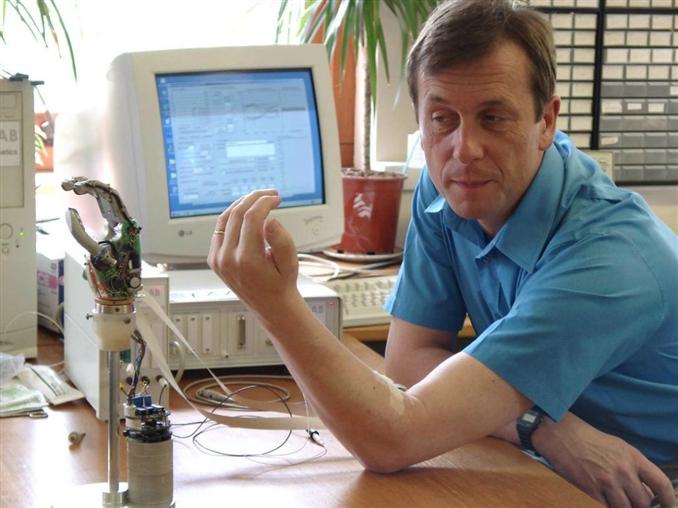 Kevin Warwick: Robotik çalışmaların yeterince hızlı ilerlemedeğini düşünen Warwick, kendini yarı insan-yarı robot anlamına gelen Cyborg'a dönüştürmek için kolları sıvadı. 1998 yılında, radyo dalgaları ile çalışan bir çipi koluna yerleştirerek programlanmış bir bilgisayar üzerinden tüm hareketlerinin takip edilebilir olmasını sağlamış. Bu sistem yardımıyla, bina girişine geldiğinde kendisine 'Merhaba' diyen bir kutu tasarlamış. Ayrıca robot kol teknolojisindeki en önemli adamları atmıştır.