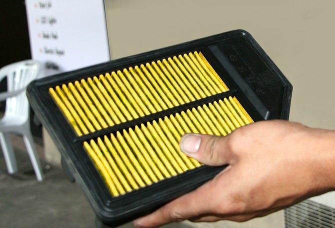 En uygun yedek filtreyi edinin. Yedek filtre değiştirdiğiniz filtreyle aynı olmalı. Eğer doğru parçayla ilgili yardıma ihtiyacınız varsa arabanızı aldığınız yerin manuel veya otomatik parça servislerine danışın.