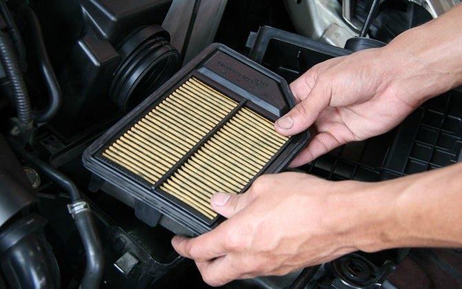 Hava filtresini çıkarma aşamasında kumaş kağıt veya gazlı bezden yapılmış yuvarlak veya dikdörtgen filtreyi görebilirsiniz. Filtrenin; ünitenin iç kısmın kapatan kauçuk kenarları vardır. Basit bir şekilde hava filtresini yuvasından çıkarın.
