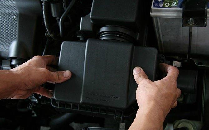 Kapağı dikkatlice hava kanalının içine yerleştirin ve hava filtre ünitesinin daha aşağı kısmının üstüne doğru bastırın. Düz ve güvenli olduğundan emin olun yoksa motor performansı değişebilir. Bütün vida ve mengeneleri sıkın ve iki elinizle herşeyin doğru bir şekilde geri konduğuna emin olduktan sonra kaputu kapatın.