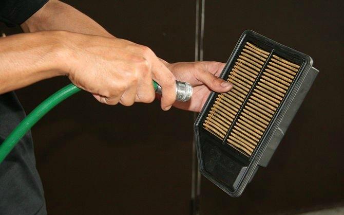 Hava filtre yuvasını temizleyin. Hava hortumunu kompresöre bağlayın ve sıkışan havayı tozları temizlemek için kullanın. Veya bunun yerine daha iyi temizlik sağlayabilecek vakumu kullanın. Hava kanalını yapışkan bantla yapıştırın. Sadece bir dakikanızı alır ve temizleme esnasında motor tozdan korunmuş olur.