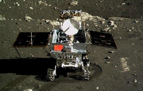 """YUTU: Ay'da su bulunması ve enerji üretiminde kullanılabilecek Helyum- 3 bakımından zengin olduğunun keşfedilmesinin ardından, Çin, Yutu ile yeni bir serüven başlattı. """"Ay'da yaşam var mı?"""" sorusuna cevap arayan Yutu, ülkeler arasında Ay'daki araştırma rekabetini yeniden alevlendirdi."""