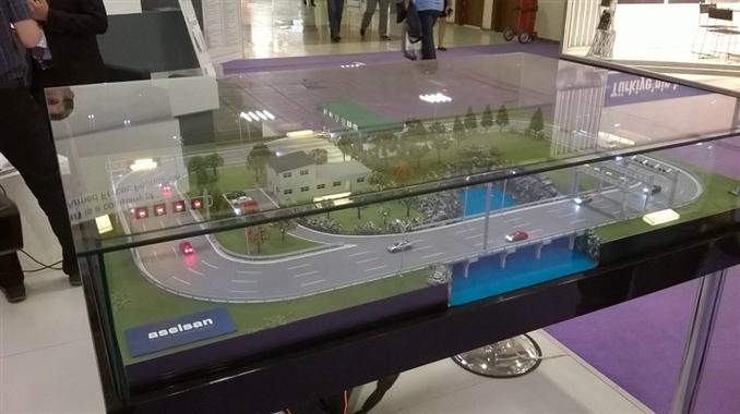 """Trafik çözümleri için yapılan projelerin maketleri ve prototipleri de sergilendi. Buna bir örnek Aselsan'ın """"Trafik Otomasyon Çözümleri"""""""