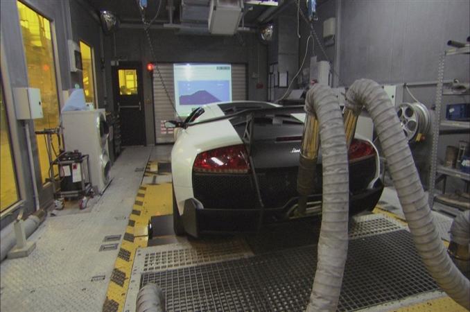 LAMBORGHİNİ: Şirket 1963 yılında kurulmuş ve ilk olarak tarım araçları üretmeye başlamıştır. Şirket kurucusu Ferruccio Lamborghini adında İtalyan bir araba üreticisidir. Şirketin fabrikaları kuzey İtalya'da Sant' Agta adında bir kasabada bulunmaktadır. Lamborghini şirketi bazı kaynaklara göre 1970'li yıllarda ilk spor araba üretimine geçmiş ve daha sonrasında kriz yüzünden iflas ettiğini duyurmuştur. İflasın arkasından şirketi, öncelikle Mimran kardeşler, 1994'te Endonezya kökenli bir yatırım şirketi ve en son 1997 yılında ise Audi satın almıştır. Audi'nin yatırımları ile en parlak dönemini yaşayan şirket günümüze kadar ürettiği her arabada yenilikçiliğe önem vererek dünyanın enleri arasına girmeyi başarmıştır.