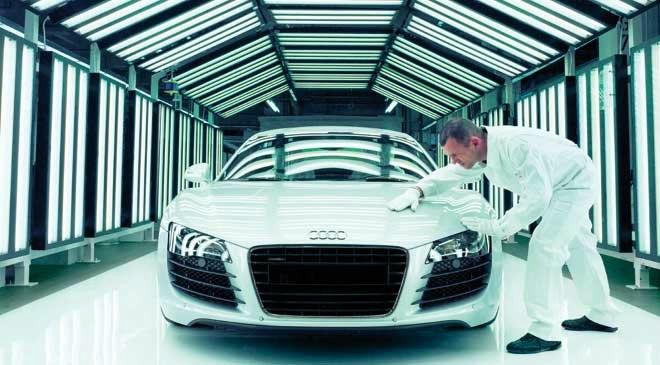 AUDİ: Araç üretimi 1900'lü yıllara dayanan Audi, Alman bir otomobil markasıdır. Merkezi Ingolstadt, Bavyera'da bulunan şirket hareketli bir geçmişe sahiptir. Kurucularından August Horch'ın ilk olarak otomobil sektörüne 1899 yılında açtığı bir tamirhanede başladığı bilinmektedir.   1901 yılında dükkânında ilk otomobilini üreten Horch, işlerini büyüterek dört ortaklı bir şirket olan Audi'nin temellerini atmıştır.  Audi simgesinde bulunan dört halkadan her biri, bir ortak için düşünülüp tasarlanmıştır. 1932 yılında tam anlamı ile kurulan şirket 1960'lı yıllardan sonra hızla yükselişe geçmiştir ve bu yükselişini günümüzde halen devam ettirmektedir.