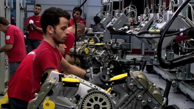 DUCATİ:  1926 yılında kurulan şirket, ilk zamanlarında radyolar için parça üretimi yapmaktaydı. 1949 yılında ilk motor üretimine geçen şirket, 1950 yılında 'Cucciolo' adındaki motosikletini satışa sunmuştur. Şirket fabrikaları İtalya'nın Bolonya şehrinde ve Tayland'da bulunmaktadır. Bazı kaynaklara göre 2011 yılına göre Ducati 45.000 civarında motosiklet satışı yaparak 500 milyon Euro kazanmıştır. Buradan da anlayacağımız üzere şirket yeteri miktarda üretim yapmakta, fakat yaptığı ürünlerle de motosiklet piyasasının en iyisi olmak için çok çalışmaktadır.