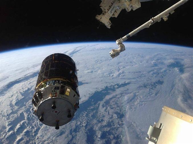 Japon kargo gemisi HTV4'ün Uluslararası Uzay İstasyonu'na kenetlenme anı. Arka planda Dünya eşsiz bir görsel şölen oluşturuyor.