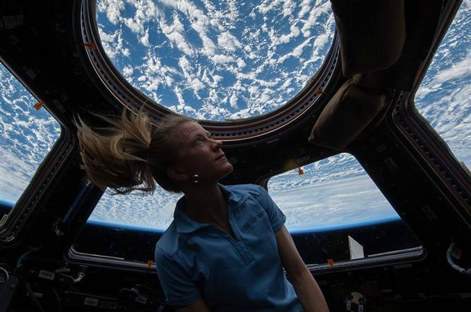 NASA atronotu Karen Nyberg, Dünya'yı Uluslar arası Uzay İstasyonu'nun penceresinden izlerken.