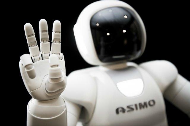İnsanoğlu yıllardan beridir kendisini hep doğayı tanıyıp bunları taklit edip, fikirlerle besleyip ve sonunda gerçek hayata aktarıp bu fikirleri gerçekleştirmeye çalışmıştır. Robotlar da bu icatlardan biridir. Yıllardır milyar dolarlar harcanan, bir çok zorlu işi yapmak, yeni sistemleri modellemek için kullanılan robotların hala daha gerçekçi bir robotu andırması şuanda oldukça zor. Bu fotoportumuzda sizler için bir robotun öğrenmesi zor olan işlerden bahsettik.